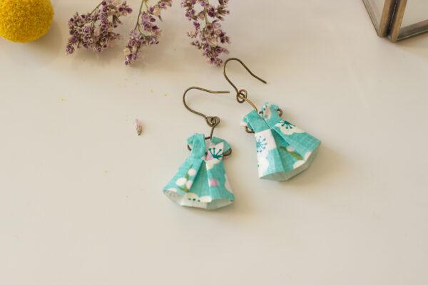 artisanat d'art en creuse artiste en creuse artiste peintre en creuse créatrice papier bijoux en origami boucles d'oreilles en origami mobile en origami décoration en origami robes en origami clémica jessica paterne